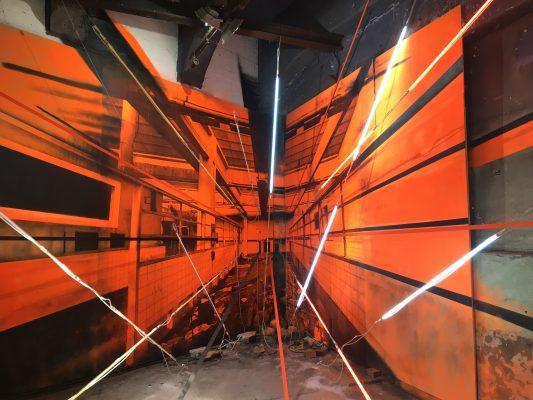 Blick in ein dreiminesnionales Gebäude - orange