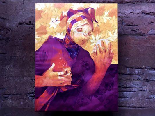 Figur mit maskenhaftem Gesicht in purpurfarbenem Umhang hält in jeder Hand einen Totenschädel.